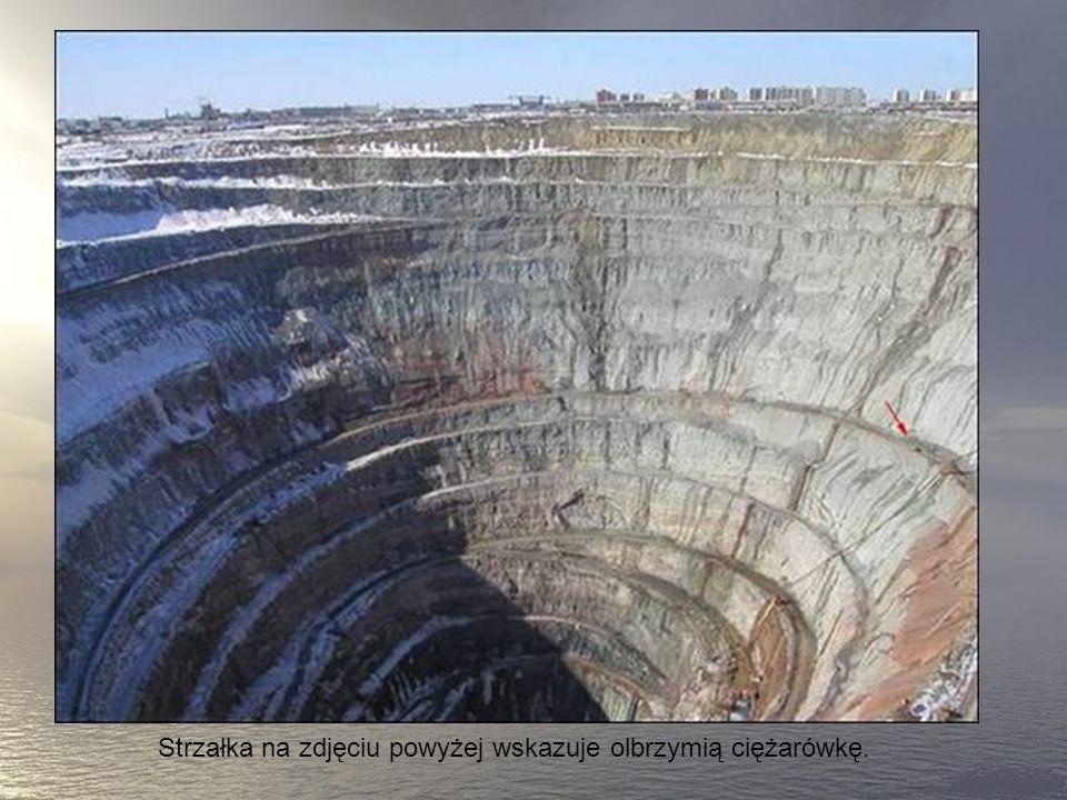 To największa odkrywkow akopalnia diamentów na świecie, głebokości 525 metrów i o średnicy 1200 metrów. Obszar nad kopalnią jest zamknięty dla lotów h