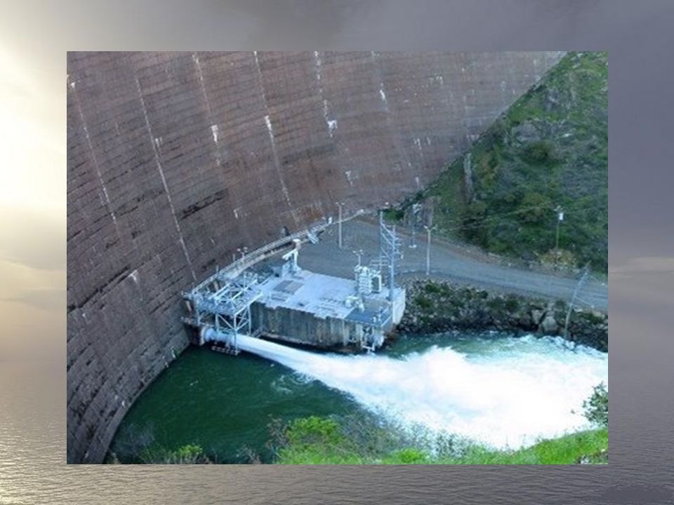 Na tym zdjęciu rurę widać na górze, po lewej stronie. Gdyby ktoś tam wskoczył, wyrzuciłoby go na dole zapory (patrz poniżej).