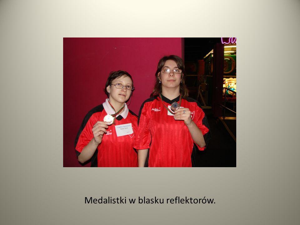 Medalistki w blasku reflektorów.