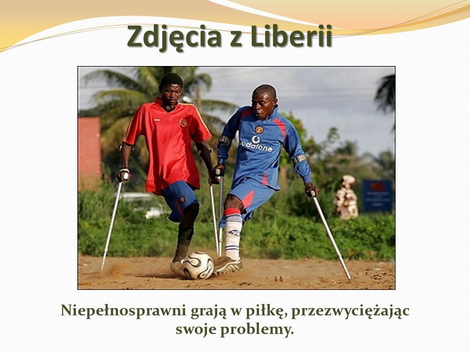 Zdjęcia z Liberii Niepełnosprawni grają w piłkę, przezwyciężając swoje problemy.