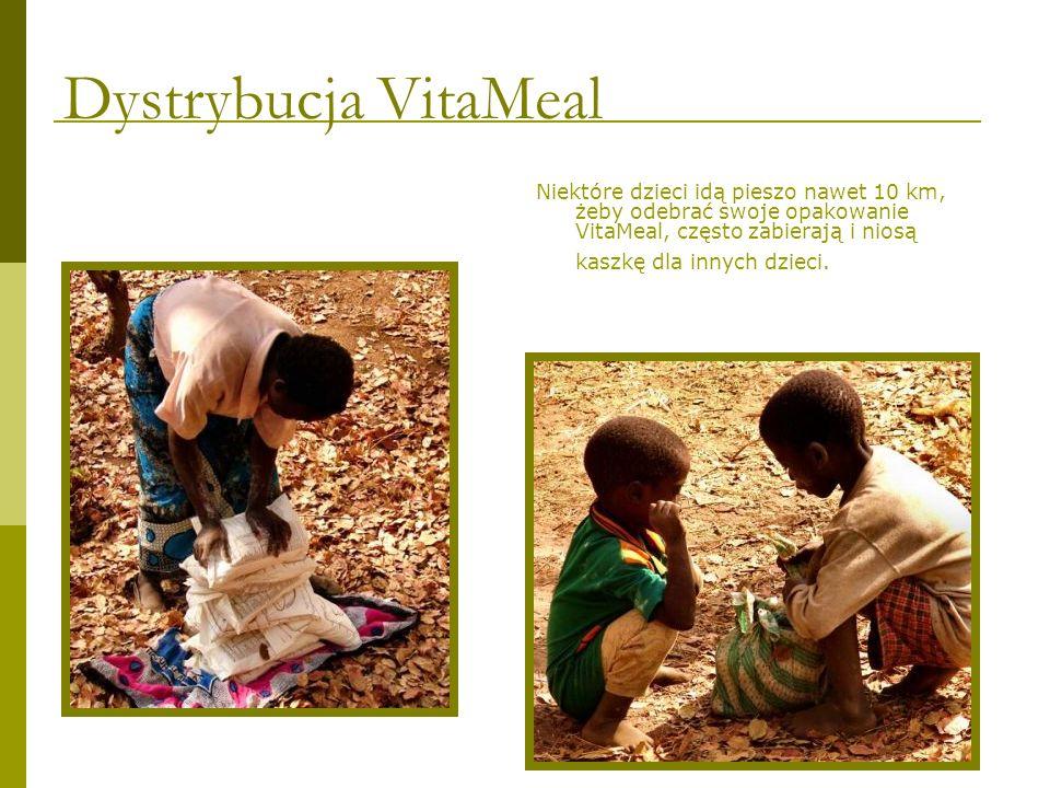 Niektóre dzieci idą pieszo nawet 10 km, żeby odebrać swoje opakowanie VitaMeal, często zabierają i niosą kaszkę dla innych dzieci. Dystrybucja VitaMea