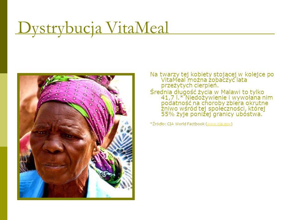 Na twarzy tej kobiety stojącej w kolejce po VitaMeal można zobaczyć lata przeżytych cierpień. Średnia długość życia w Malawi to tylko 41,7 l.* Niedoży