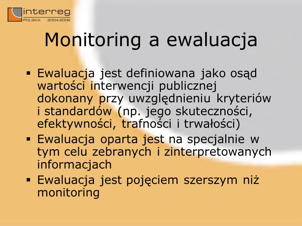 Monitoring a ewaluacja Ewaluacja jest definiowana jako osąd wartości interwencji publicznej dokonany przy uwzględnieniu kryteriów i standardów (np.
