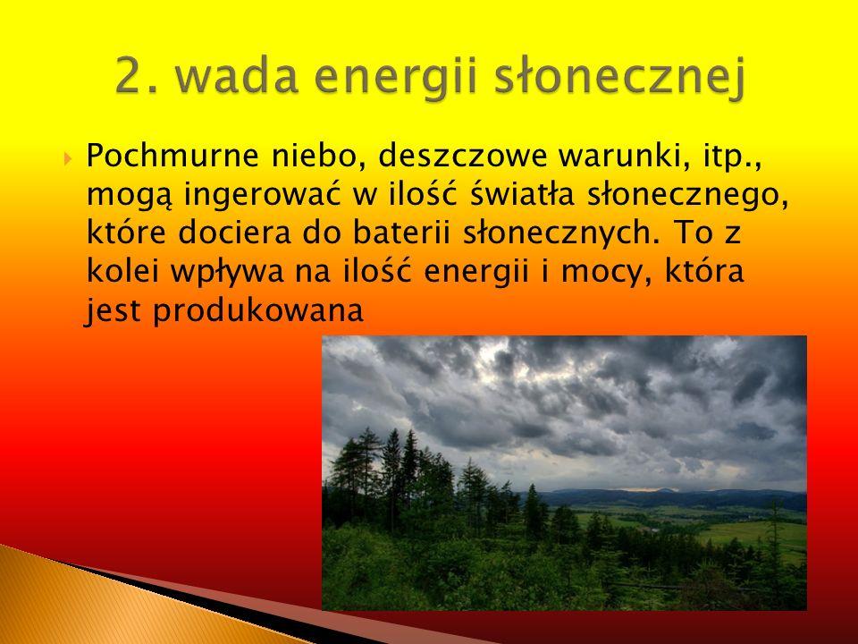 Pochmurne niebo, deszczowe warunki, itp., mogą ingerować w ilość światła słonecznego, które dociera do baterii słonecznych. To z kolei wpływa na ilość