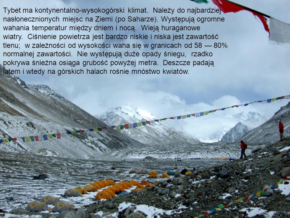 Tybet ma kontynentalno-wysokogórski klimat. Należy do najbardziej nasłonecznionych miejsc na Ziemi (po Saharze). Występują ogromne wahania temperatur