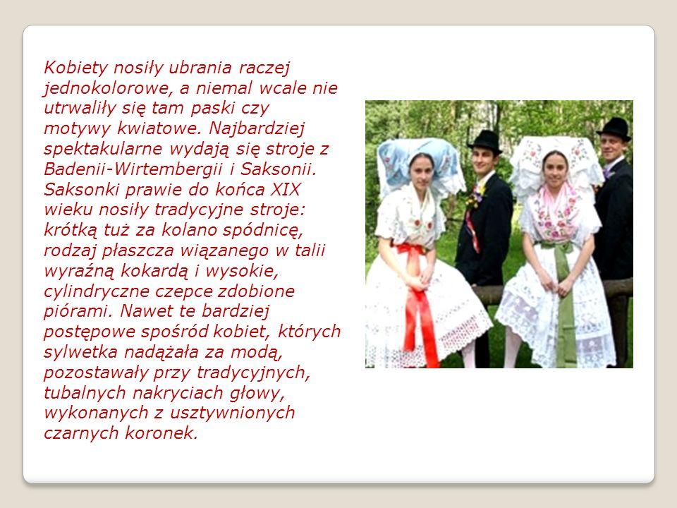 Kobiety nosiły ubrania raczej jednokolorowe, a niemal wcale nie utrwaliły się tam paski czy motywy kwiatowe. Najbardziej spektakularne wydają się stro