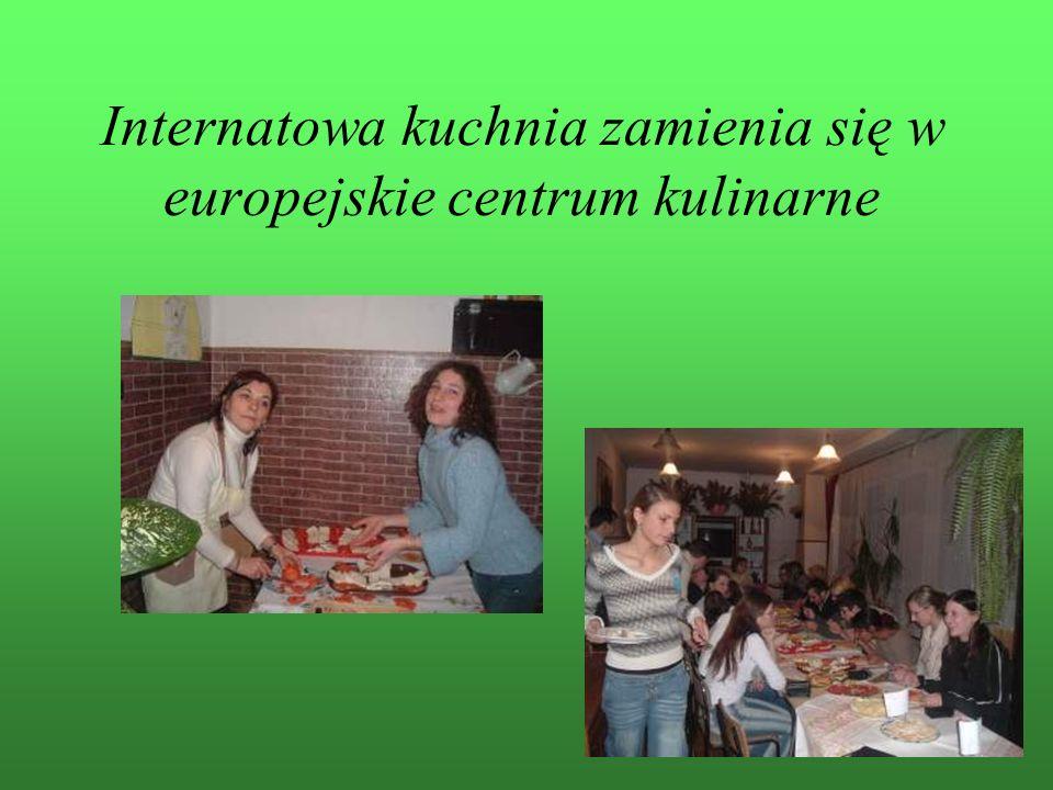 Teorię łączymy z praktyką – wspólna degustacja sprzyja nauce języków obcych.