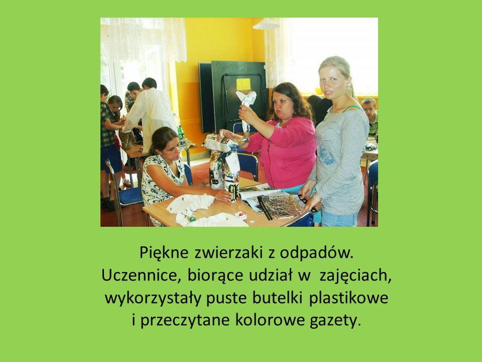 Piękne zwierzaki z odpadów. Uczennice, biorące udział w zajęciach, wykorzystały puste butelki plastikowe i przeczytane kolorowe gazety.