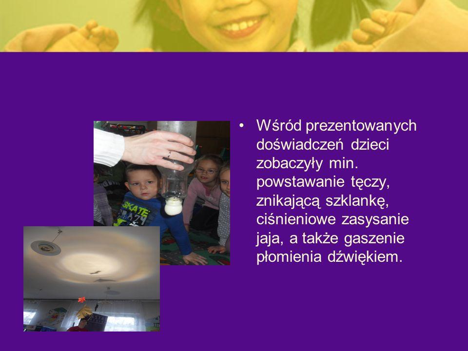 Wśród prezentowanych doświadczeń dzieci zobaczyły min. powstawanie tęczy, znikającą szklankę, ciśnieniowe zasysanie jaja, a także gaszenie płomienia d