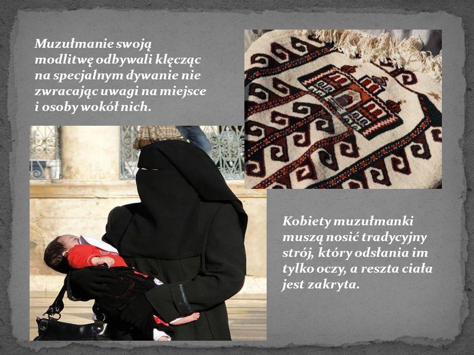 Muzułmanie swoją modlitwę odbywali klęcząc na specjalnym dywanie nie zwracając uwagi na miejsce i osoby wokół nich. Kobiety muzułmanki muszą nosić tra