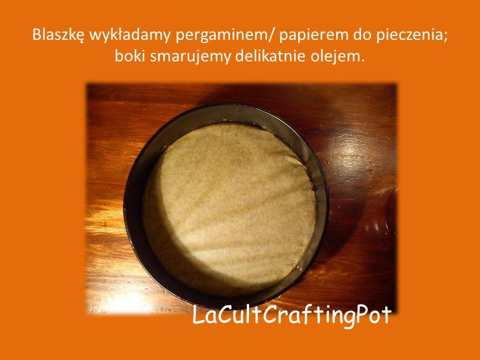 Blaszkę wykładamy pergaminem/ papierem do pieczenia; boki smarujemy delikatnie olejem.