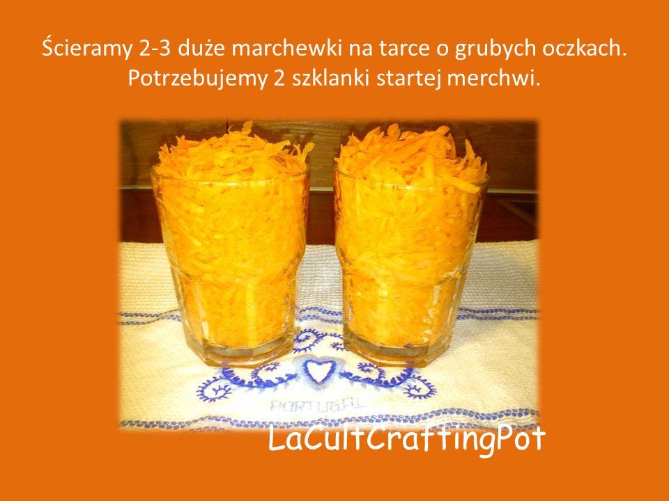 Ścieramy 2-3 duże marchewki na tarce o grubych oczkach.