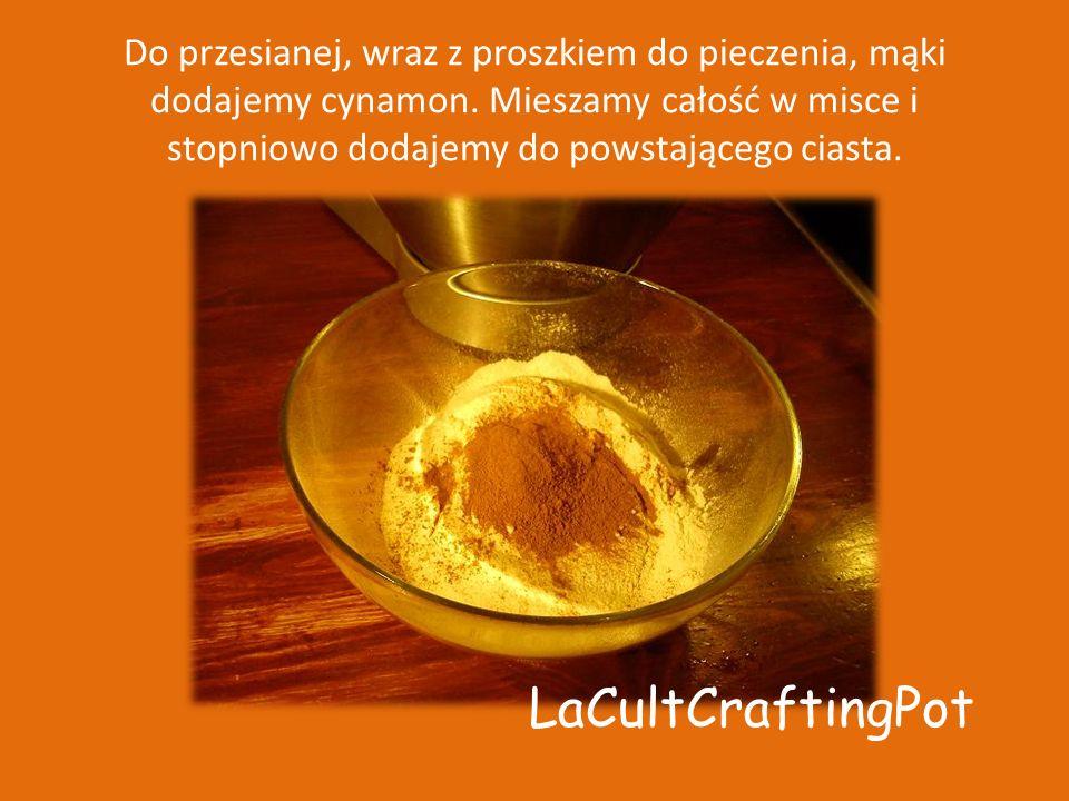 Do przesianej, wraz z proszkiem do pieczenia, mąki dodajemy cynamon.