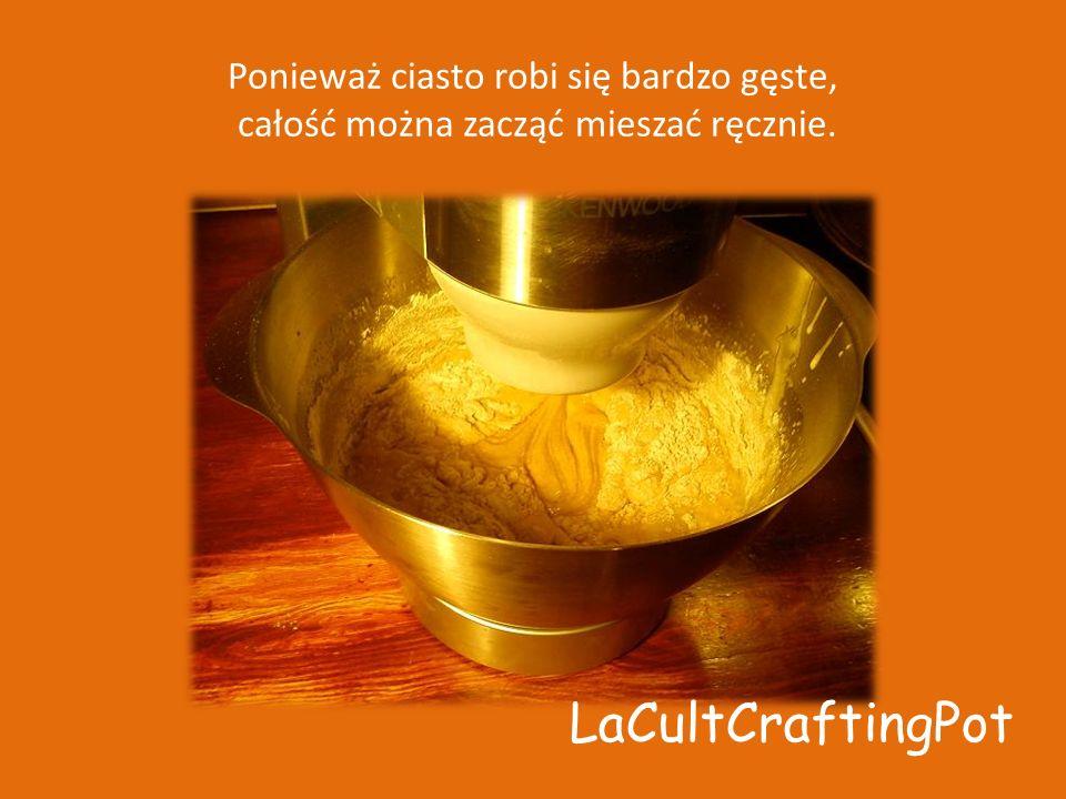 Ponieważ ciasto robi się bardzo gęste, całość można zacząć mieszać ręcznie. LaCultCraftingPot