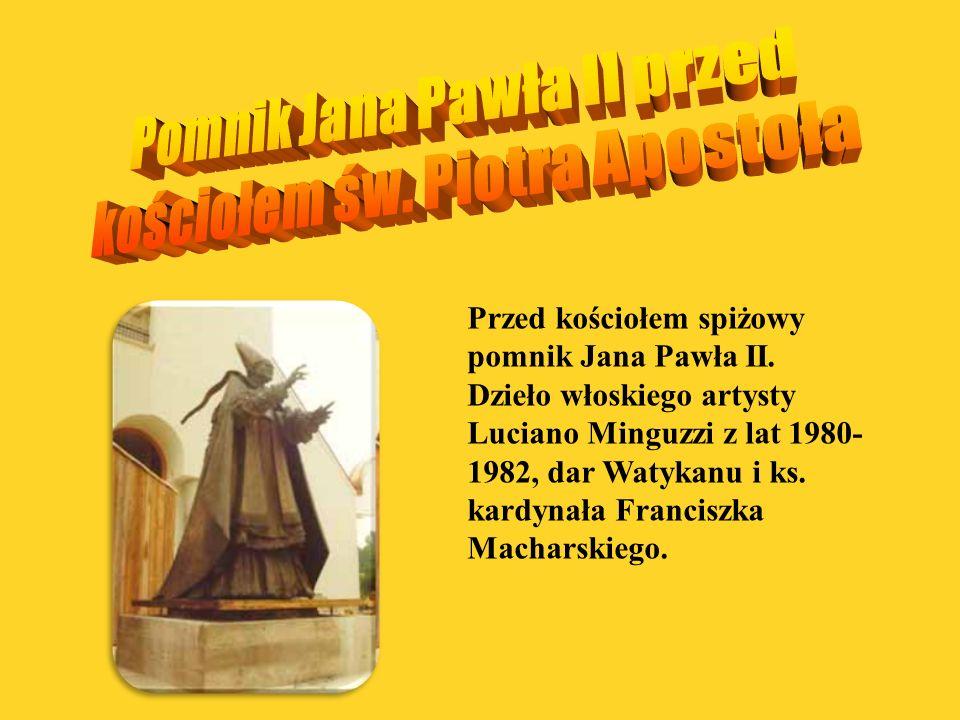 Przed kościołem spiżowy pomnik Jana Pawła II. Dzieło włoskiego artysty Luciano Minguzzi z lat 1980- 1982, dar Watykanu i ks. kardynała Franciszka Mach