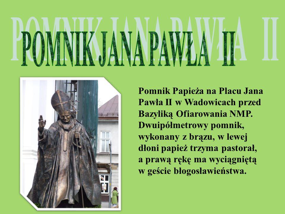 Pomnik Papieża na Placu Jana Pawła II w Wadowicach przed Bazyliką Ofiarowania NMP. Dwuipółmetrowy pomnik, wykonany z brązu, w lewej dłoni papież trzym
