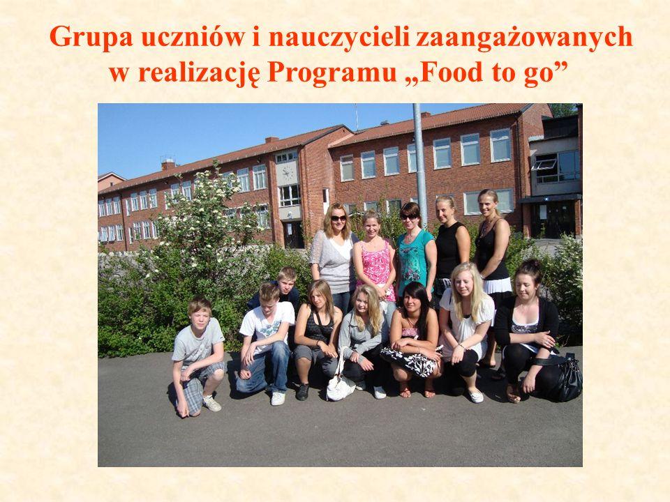 Grupa uczniów i nauczycieli zaangażowanych w realizację Programu Food to go