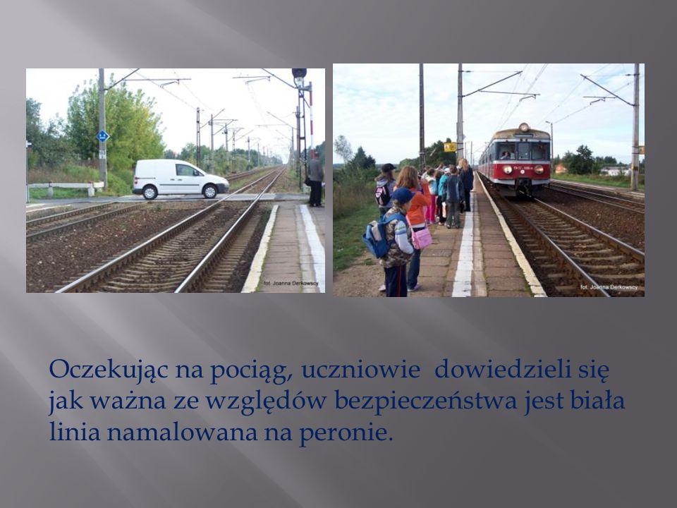 Oczekując na pociąg, uczniowie dowiedzieli się jak ważna ze względów bezpieczeństwa jest biała linia namalowana na peronie.