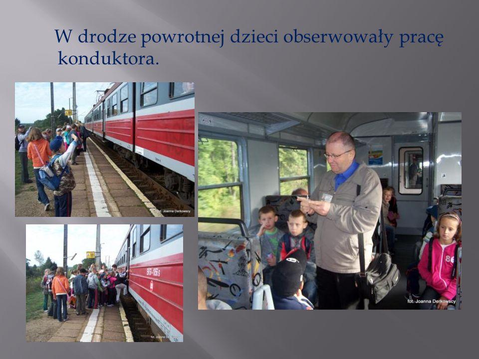 W drodze powrotnej dzieci obserwowały pracę konduktora.