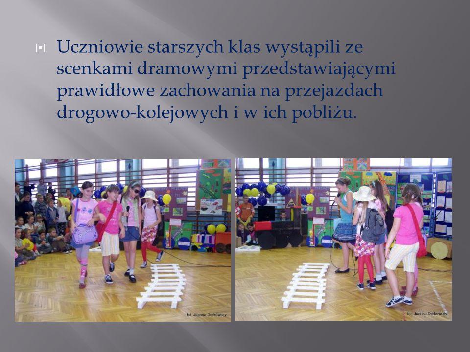 Uczniowie starszych klas wystąpili ze scenkami dramowymi przedstawiającymi prawidłowe zachowania na przejazdach drogowo-kolejowych i w ich pobliżu.