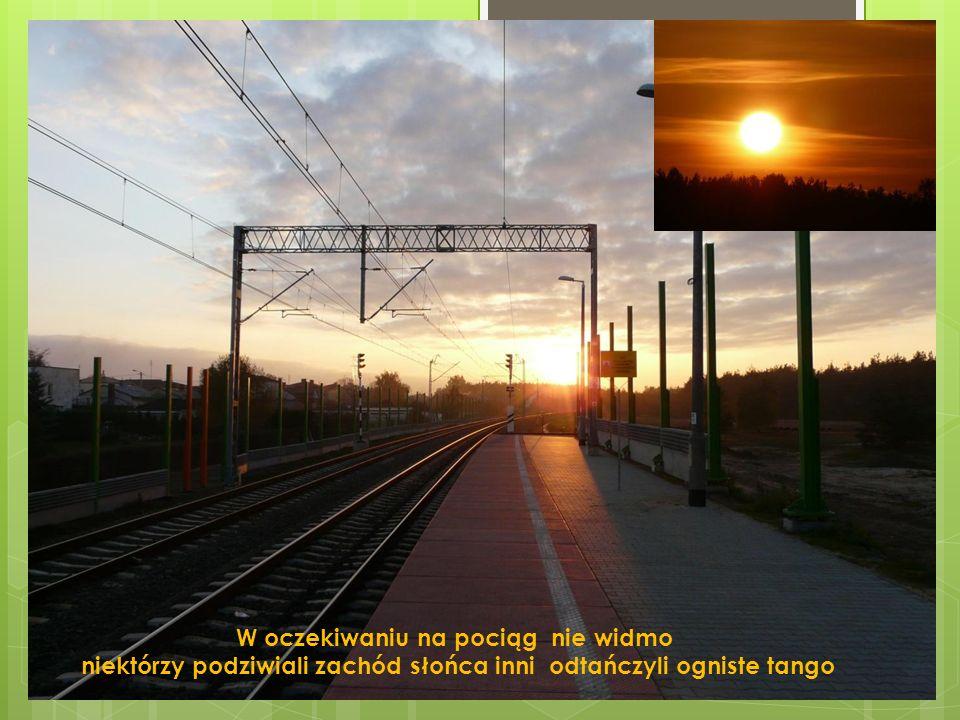 W oczekiwaniu na pociąg nie widmo niektórzy podziwiali zachód słońca inni odtańczyli ogniste tango