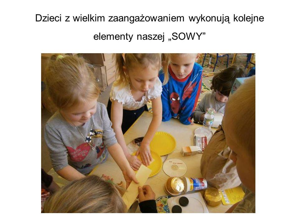 Dzieci z wielkim zaangażowaniem wykonują kolejne elementy naszej SOWY