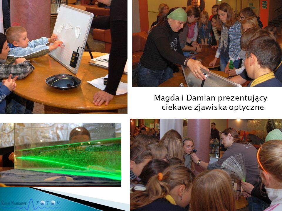 Magda i Damian prezentujący ciekawe zjawiska optyczne