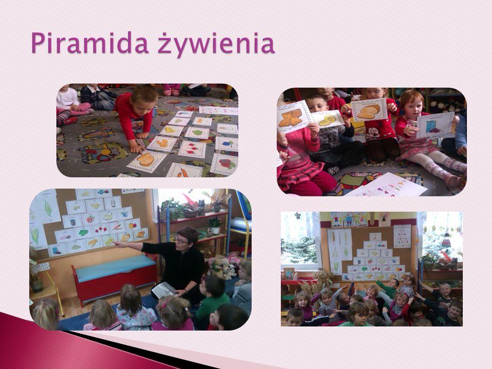 Dzieci z wielkim zaangażowaniem kolorowały i układały piramidę.