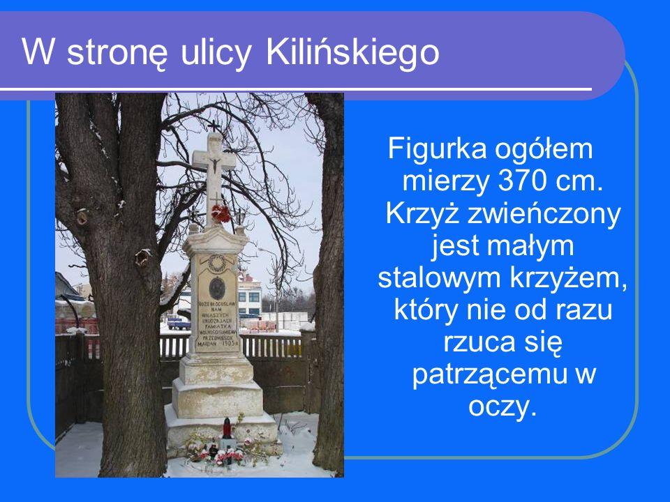 W stronę ulicy Kilińskiego Figurka ogółem mierzy 370 cm. Krzyż zwieńczony jest małym stalowym krzyżem, który nie od razu rzuca się patrzącemu w oczy.