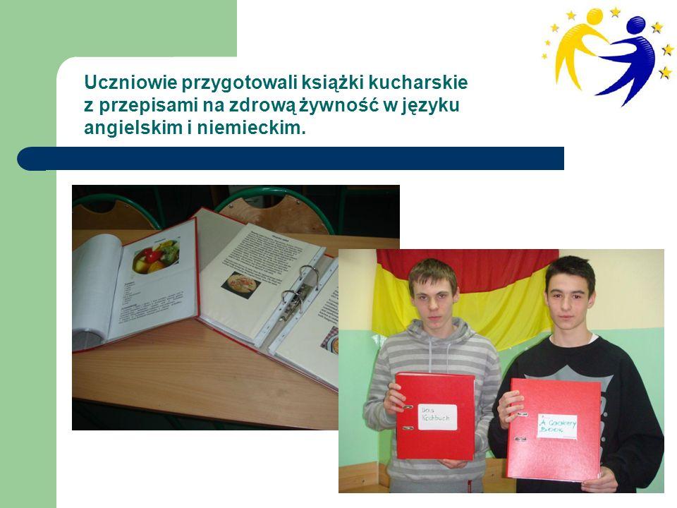 Uczniowie przygotowali książki kucharskie z przepisami na zdrową żywność w języku angielskim i niemieckim.
