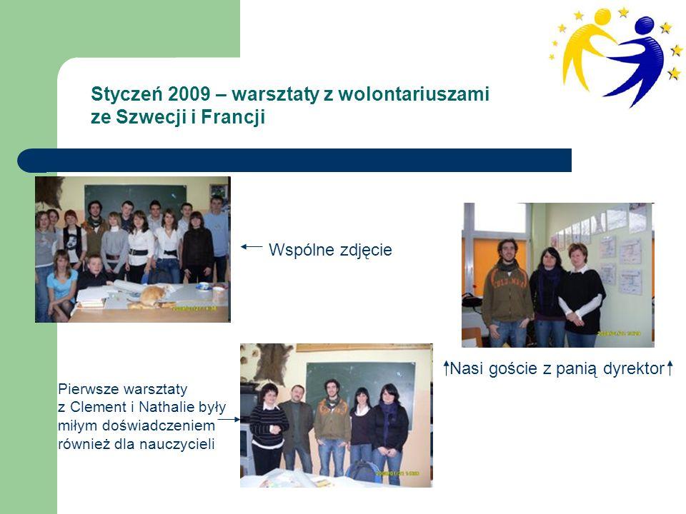 Styczeń 2009 – warsztaty z wolontariuszami ze Szwecji i Francji Nasi goście z panią dyrektor Wspólne zdjęcie Pierwsze warsztaty z Clement i Nathalie były miłym doświadczeniem również dla nauczycieli