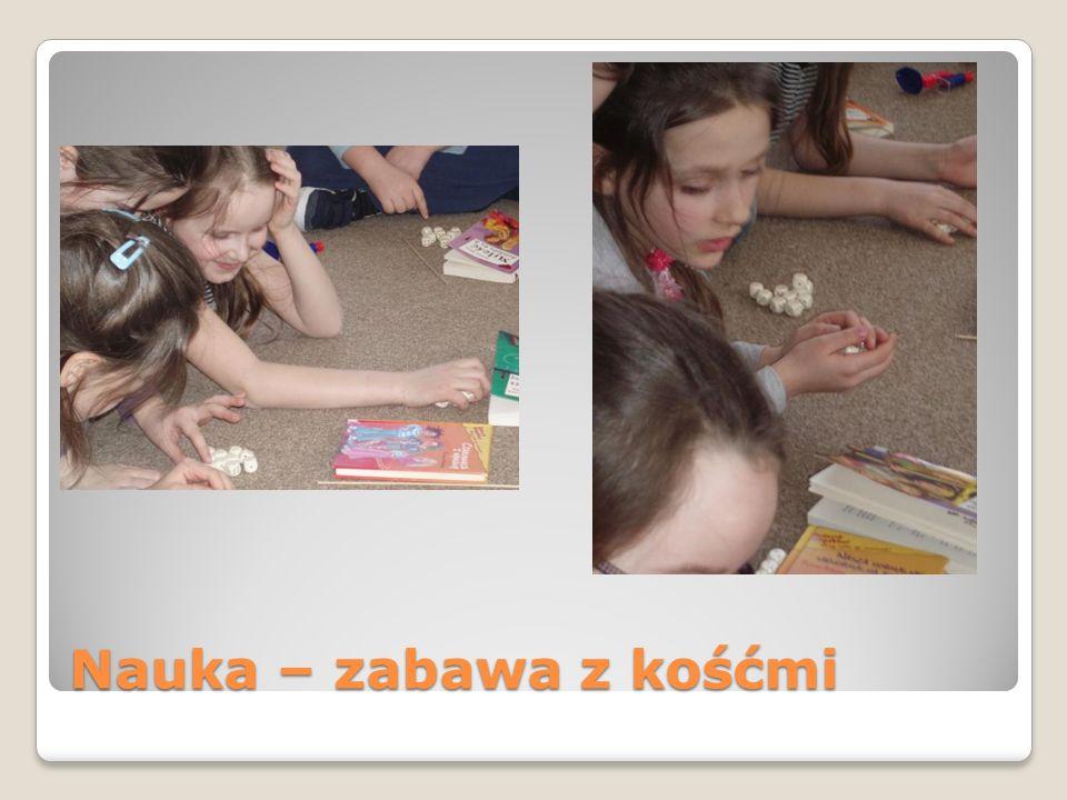 Zabawa Dziewczynki cieszą się ze wspólnej zabawy – wyrażanie emocji, radość.