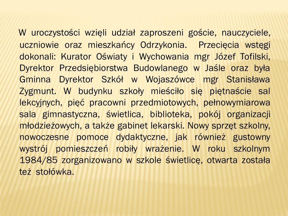 W uroczystości wzięli udział zaproszeni goście, nauczyciele, uczniowie oraz mieszkańcy Odrzykonia. Przecięcia wstęgi dokonali: Kurator Oświaty i Wycho