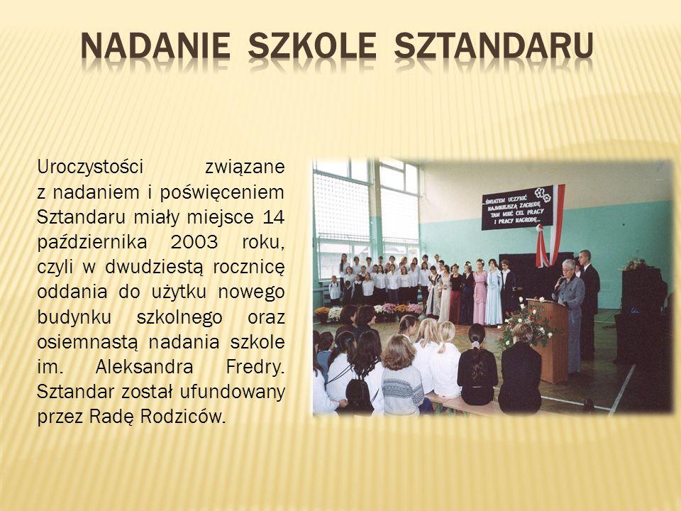Uroczystości związane z nadaniem i poświęceniem Sztandaru miały miejsce 14 października 2003 roku, czyli w dwudziestą rocznicę oddania do użytku nowego budynku szkolnego oraz osiemnastą nadania szkole im.