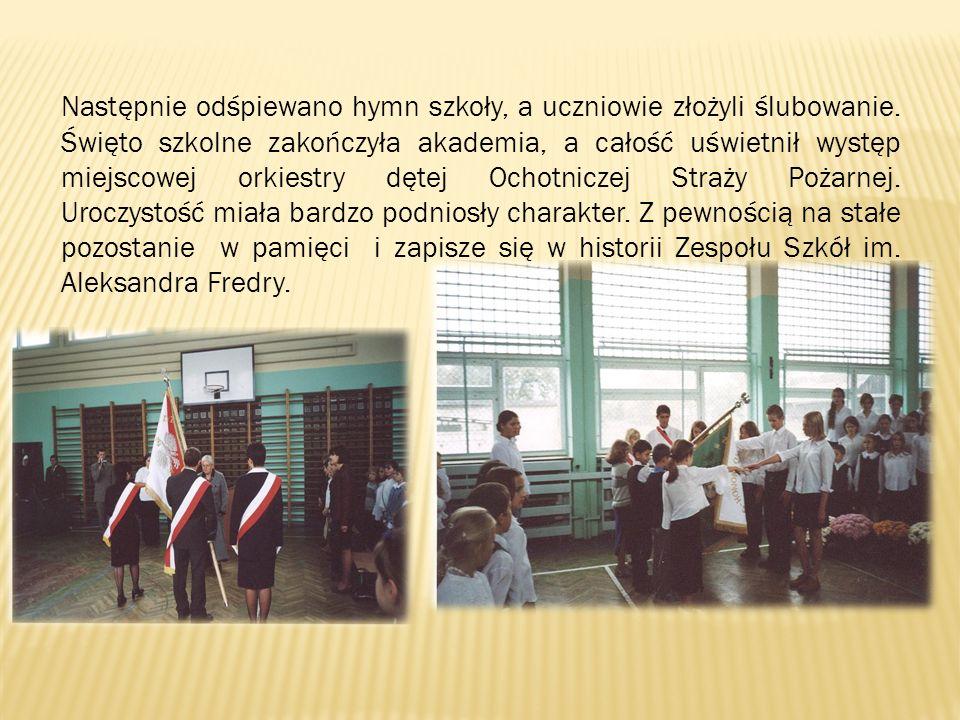 Następnie odśpiewano hymn szkoły, a uczniowie złożyli ślubowanie. Święto szkolne zakończyła akademia, a całość uświetnił występ miejscowej orkiestry d
