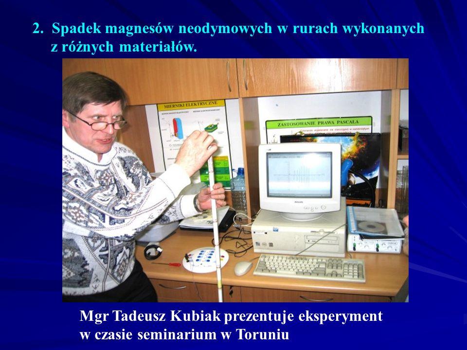 2. Spadek magnesów neodymowych w rurach wykonanych z różnych materiałów. Mgr Tadeusz Kubiak prezentuje eksperyment w czasie seminarium w Toruniu