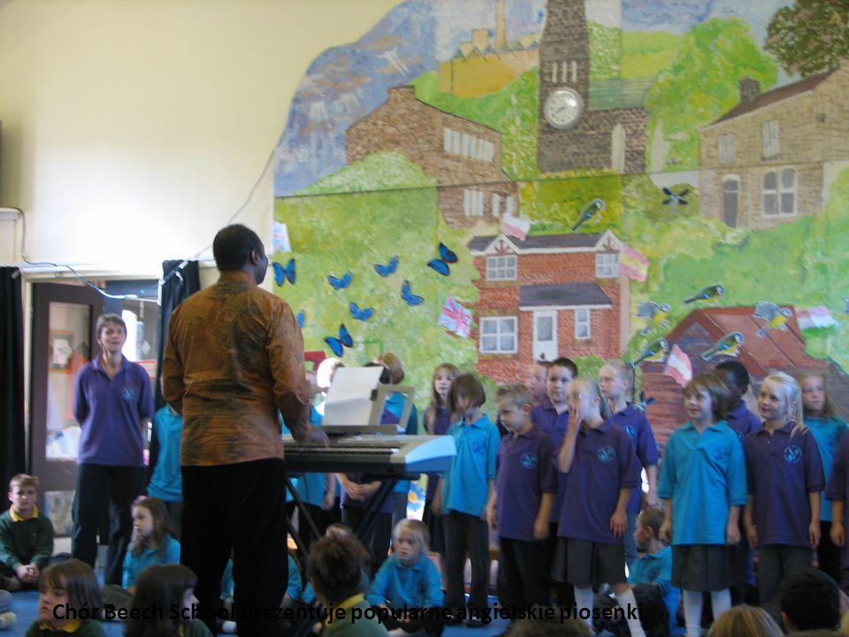Chór Beech School prezentuje popularne angielskie piosenki
