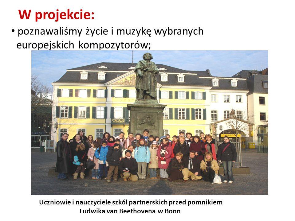 poznawaliśmy życie i muzykę wybranych europejskich kompozytorów; W projekcie: Uczniowie i nauczyciele szkół partnerskich przed pomnikiem Ludwika van B