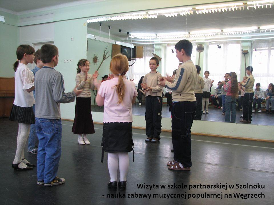 Wizyta w szkole partnerskiej w Szolnoku - nauka zabawy muzycznej popularnej na Węgrzech