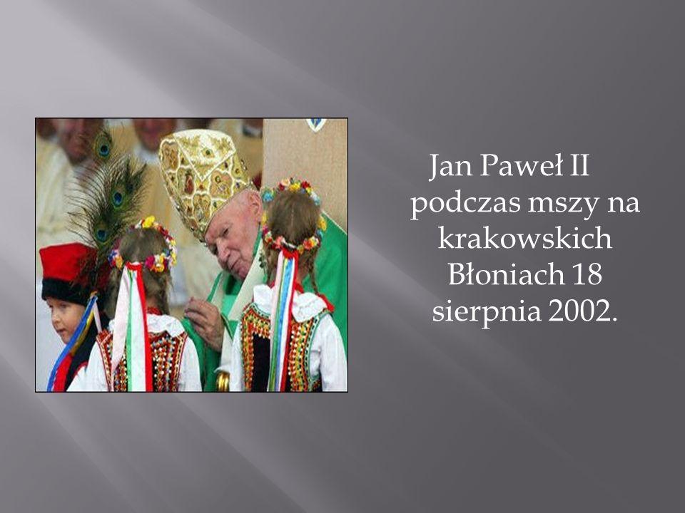 Jan Paweł II podczas mszy na krakowskich Błoniach 18 sierpnia 2002.