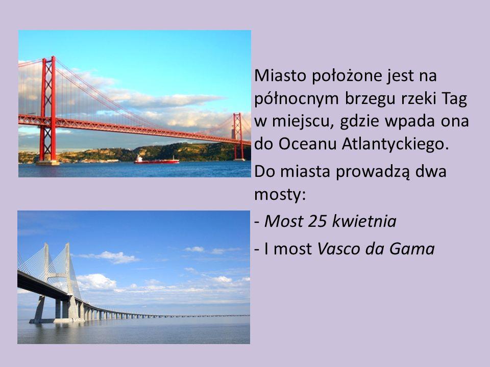 Miasto położone jest na północnym brzegu rzeki Tag w miejscu, gdzie wpada ona do Oceanu Atlantyckiego. Do miasta prowadzą dwa mosty: - Most 25 kwietni