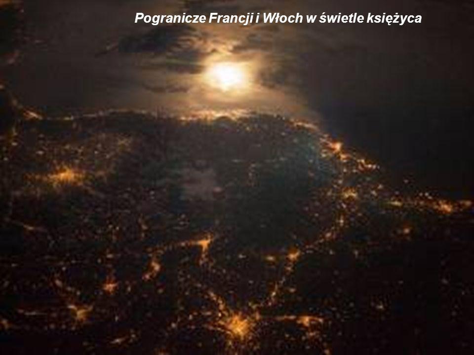 Widok z daleka na Europę w nocy. Rozświetlony Londyn i Paryż, zamglona Anglia i widoczna zorza polarna na północy.
