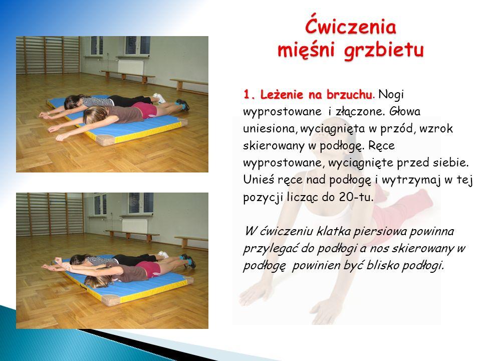 1. Leżenie na brzuchu. Nogi wyprostowane i złączone. Głowa uniesiona, wyciągnięta w przód, wzrok skierowany w podłogę. Ręce wyprostowane, wyciągnięte