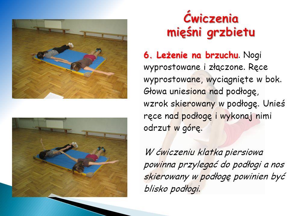 6. Leżenie na brzuchu. Nogi wyprostowane i złączone. Ręce wyprostowane, wyciągnięte w bok. Głowa uniesiona nad podłogę, wzrok skierowany w podłogę. Un