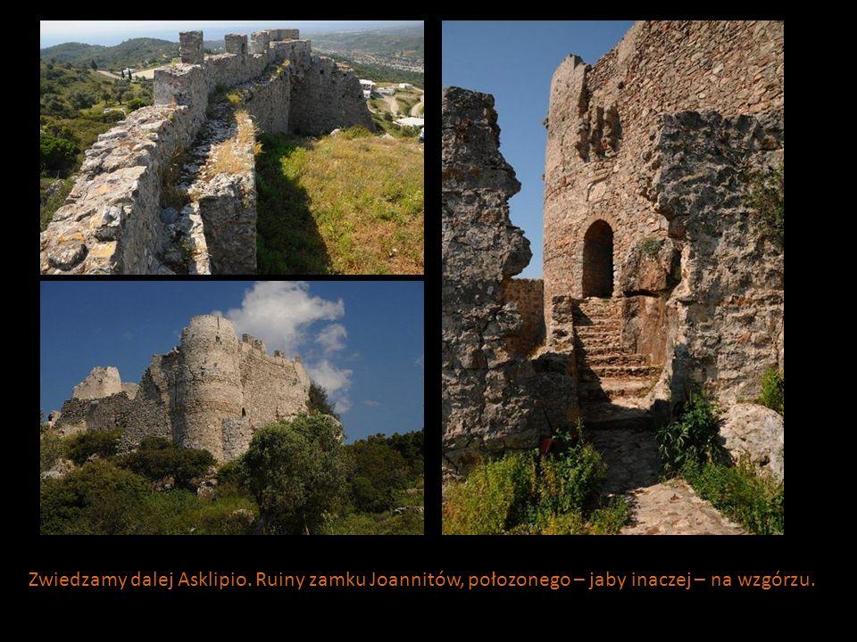 Zwiedzamy dalej Asklipio. Ruiny zamku Joannitów, połozonego – jaby inaczej – na wzgórzu.