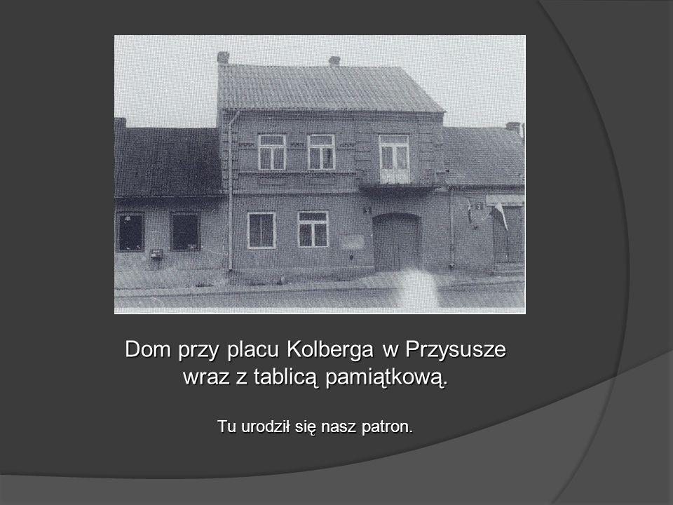 Dom przy placu Kolberga w Przysusze wraz z tablicą pamiątkową. Tu urodził się nasz patron.