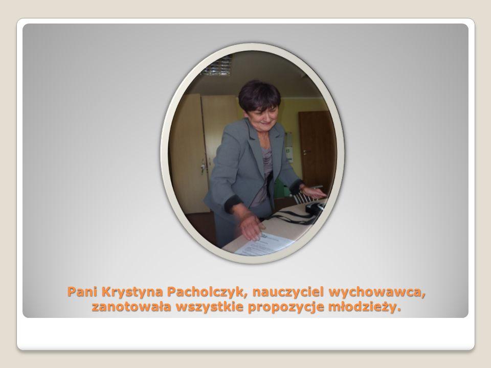 Pani Krystyna Pacholczyk, nauczyciel wychowawca, zanotowała wszystkie propozycje młodzieży.