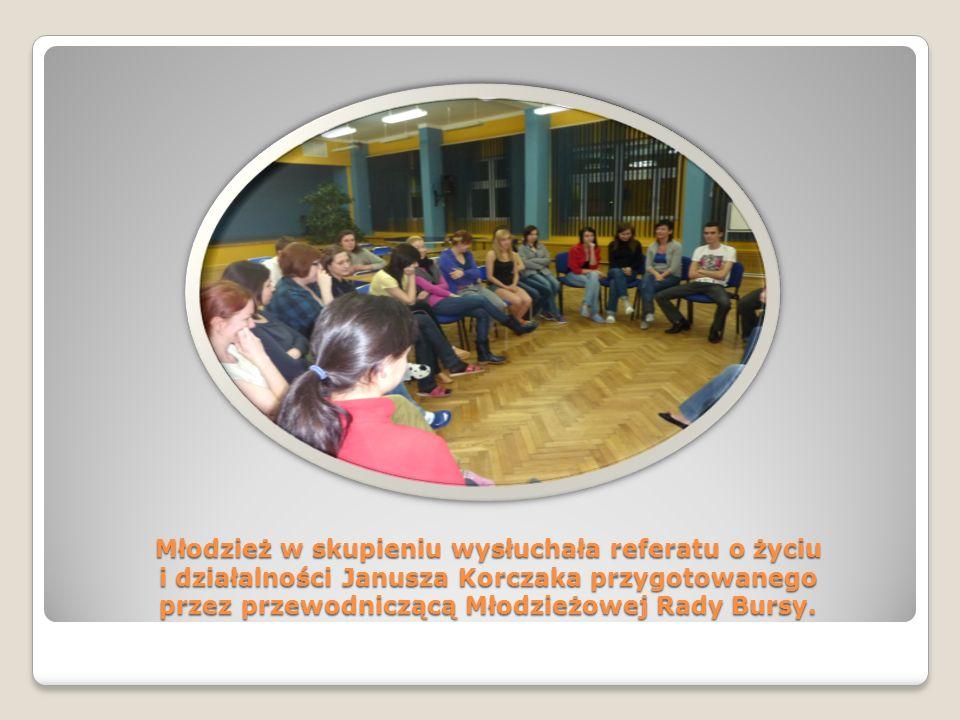 Młodzież w skupieniu wysłuchała referatu o życiu i działalności Janusza Korczaka przygotowanego przez przewodniczącą Młodzieżowej Rady Bursy.