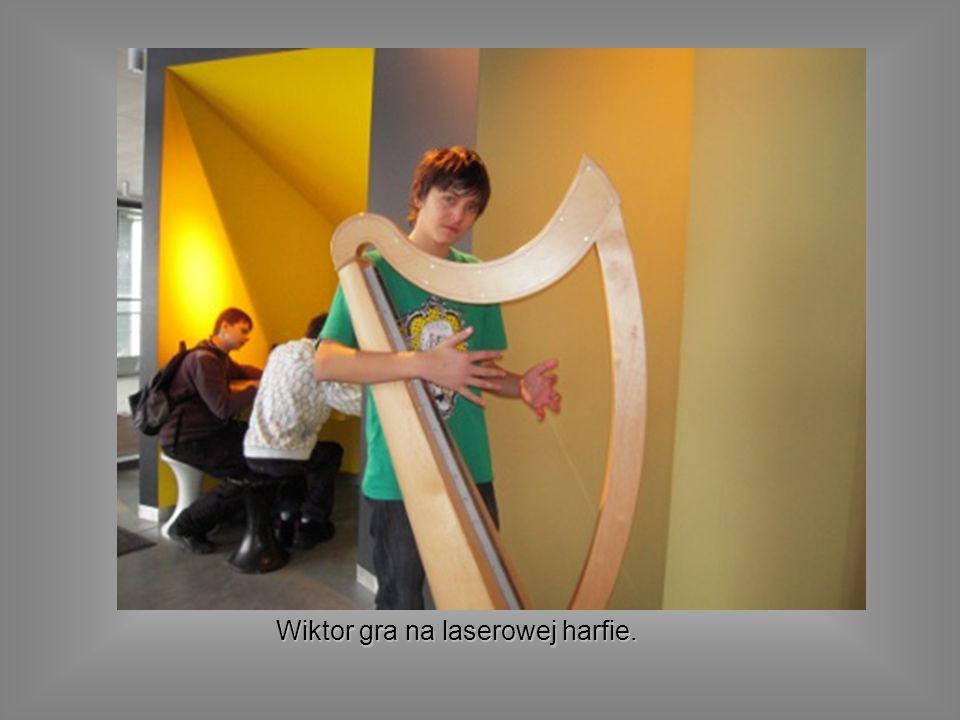 Wiktor gra na laserowej harfie.
