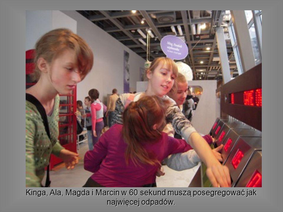 Kinga, Ala, Magda i Marcin w 60 sekund muszą posegregować jak najwięcej odpadów.